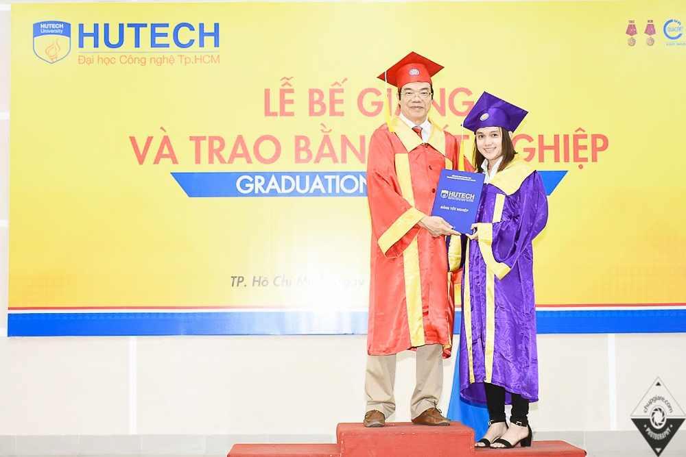 trao bằng tốt nghiệp
