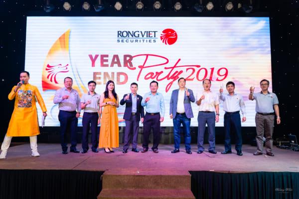 Chụp ảnh tiệc tất niên công ty Rồng Việt